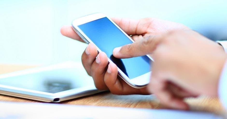 Persona usando celular