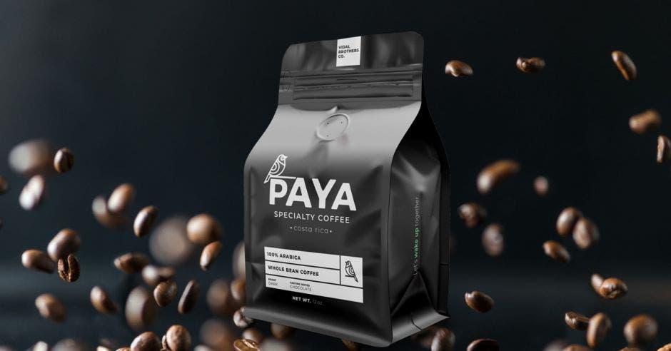 una bolsa de café color negro. Concepto de granos de café cayendo sobre el fondo