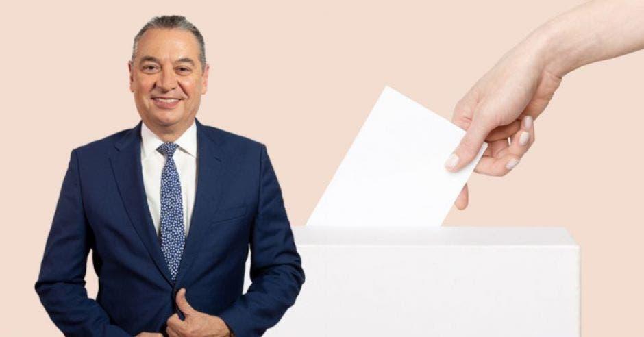 Roberto Thompson, precandidato verdiblanco, en primer plano. En segundo plano una persona emitiendo su voto por medio de una papeleta
