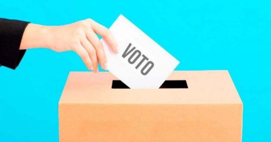 Una imagen de una persona emitiendo un voto