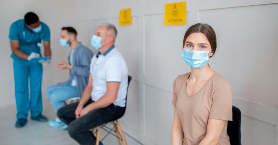 Una joven esperando turno para recibir vacuna
