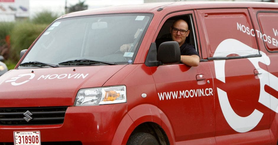 Chofer en carro de Moovin