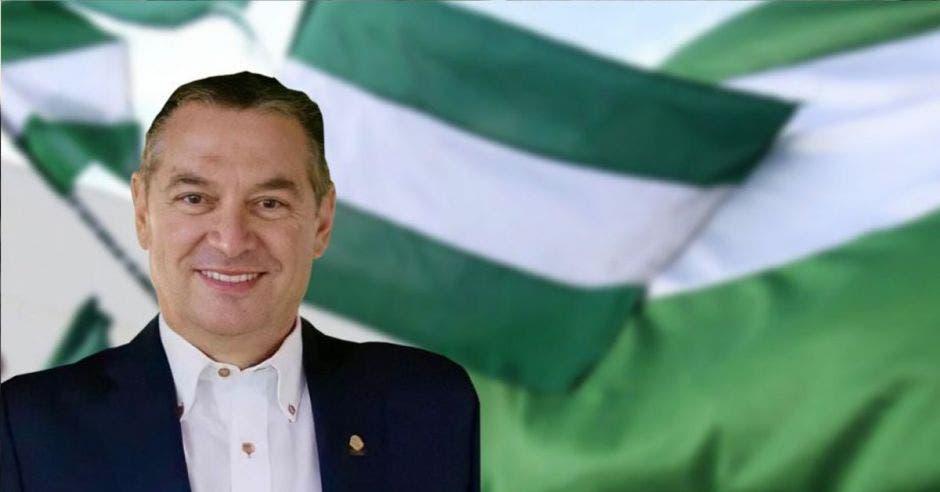 ROberto Thompson en medio de banderas verdiblancas del PLN