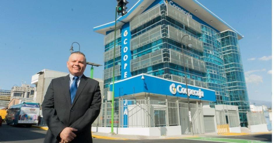 Hombre frente a edificio de Coopecaja