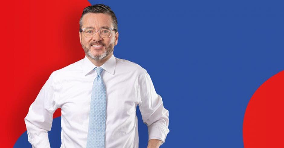 Pedro muñoz, en el fondo una bandera de la Unidad