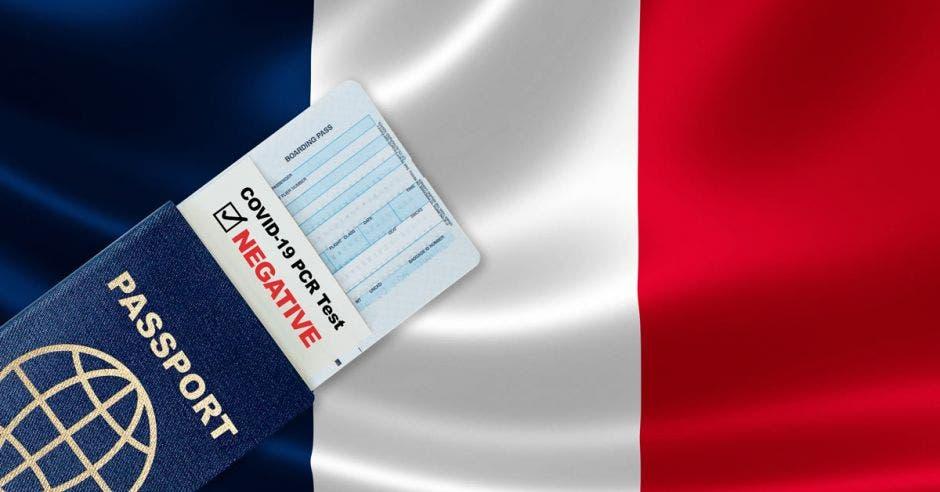 Pasaporte de viaje, tarjeta de embarque y resultado negativo de la prueba de PCR COVID-19 para Francia