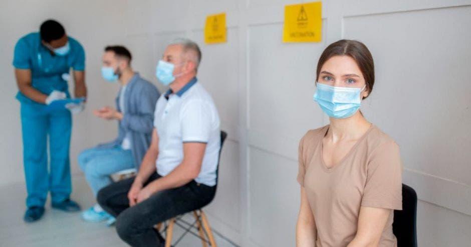 Varias personas esperando a ser vacunadas