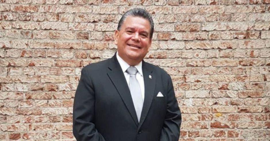 Rodolfo Peña posa frente a un muro