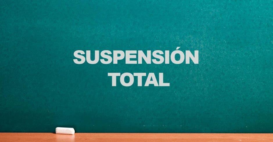 Una pizarra y la palabra suspensión total