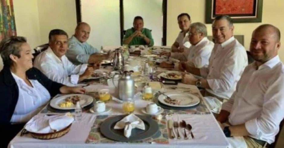 Un grupo de personas alrededor de una mesa