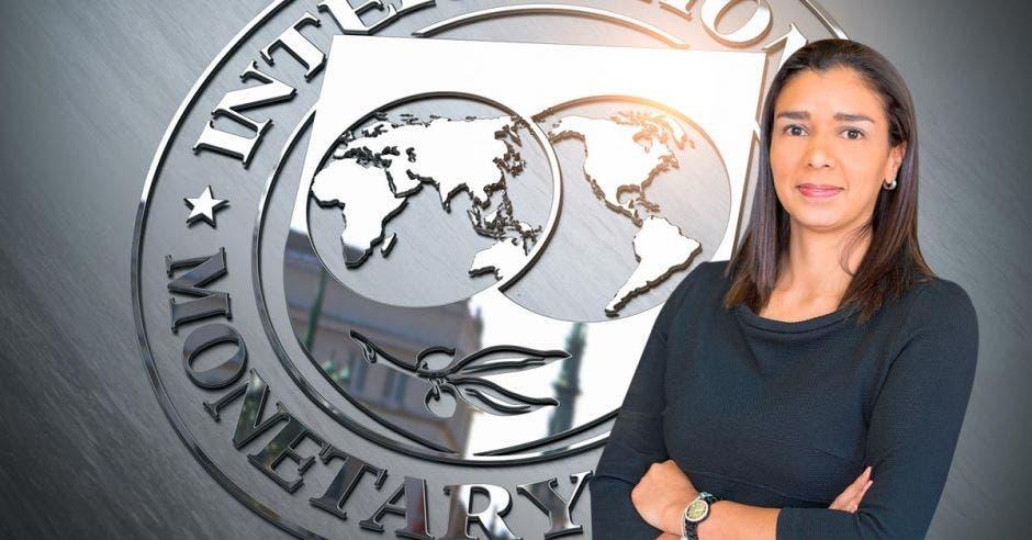 Mujer de frente a logo del FMI