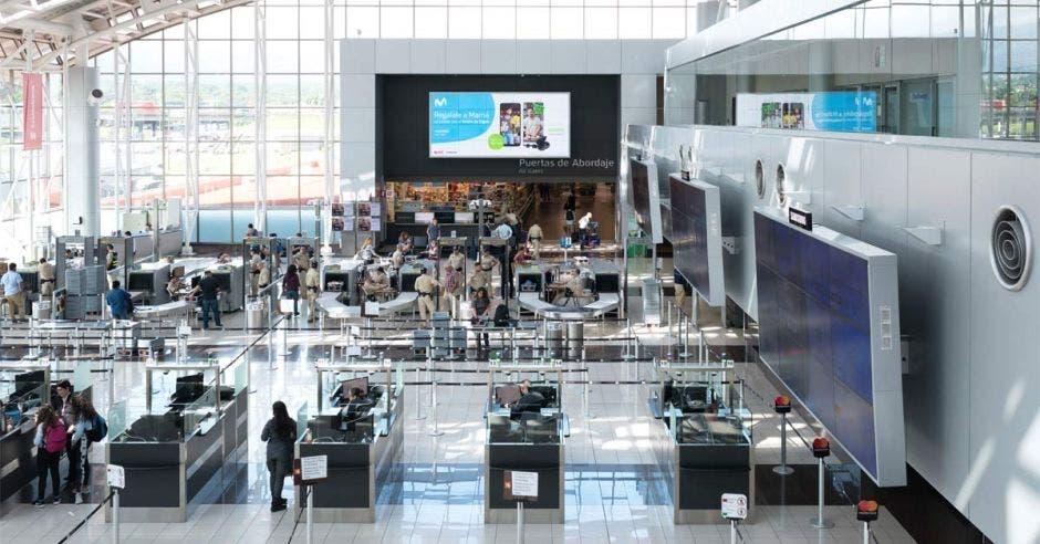 Toma aérea de áreas de mostradores del aeropuerto Juan Santamaría