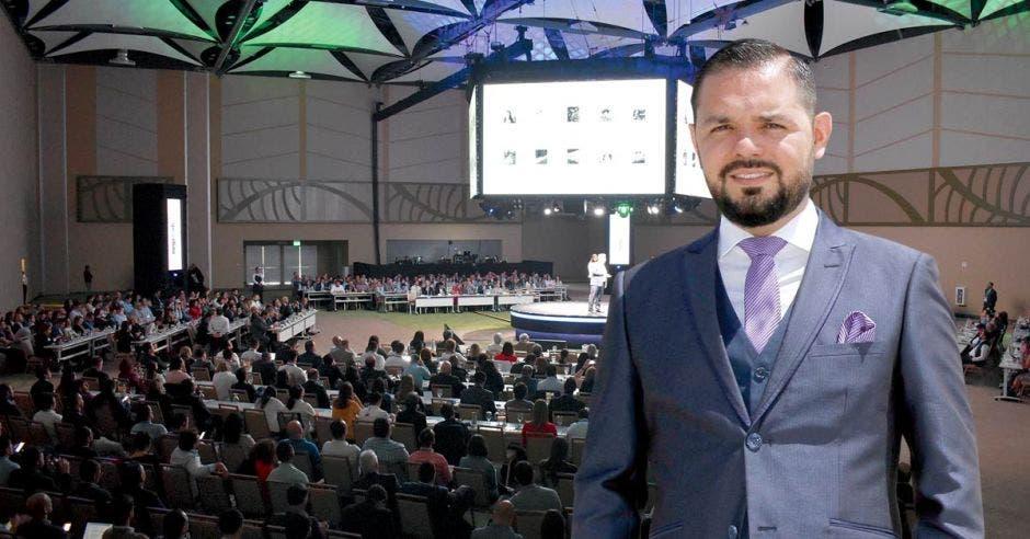 Álvaro Rojas, Gerente General del Centro de Convenciones de Costa Rica, de fondo imagen de evento en el recinto