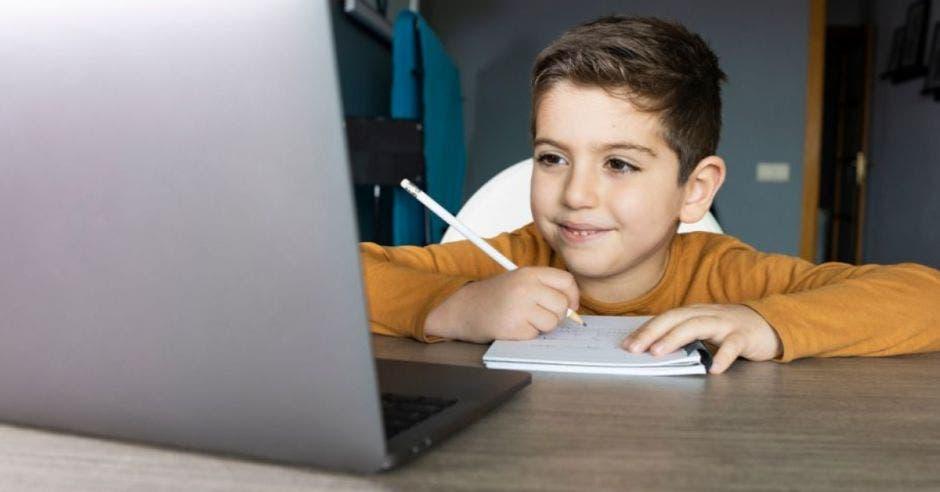 Un niño y una computadora