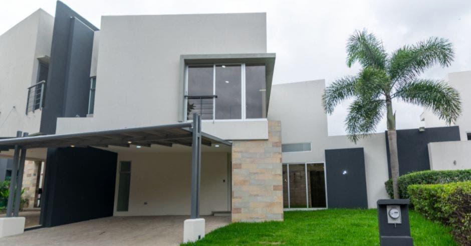 fachada de casa blanca de dos pisos