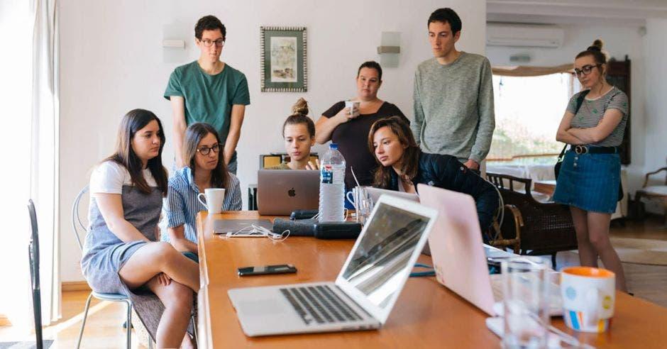 Un grupo de personas trabajando
