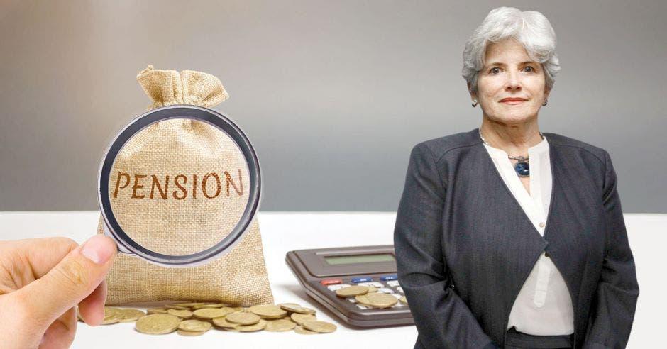 Mujer de pelo blanco frente a bolsa que dice pensión y lupa encima
