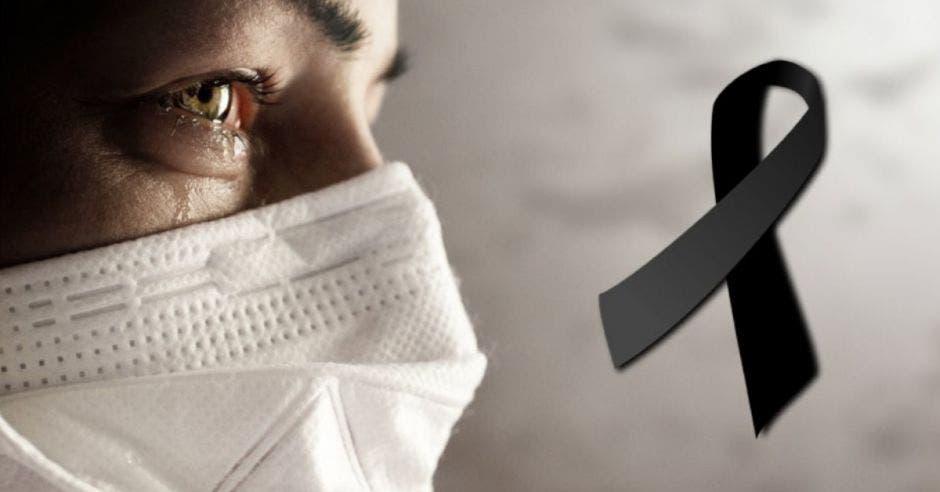 un hombre de duelo y un lazo negro