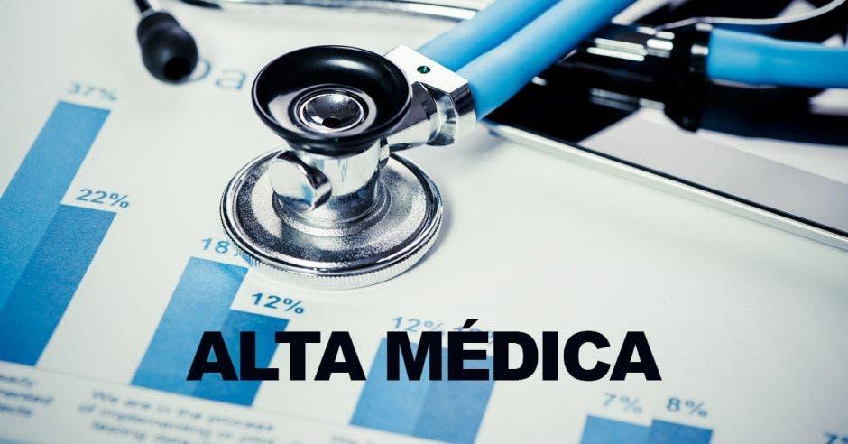 Un documento y un estetoscopio con la palabra alta médica