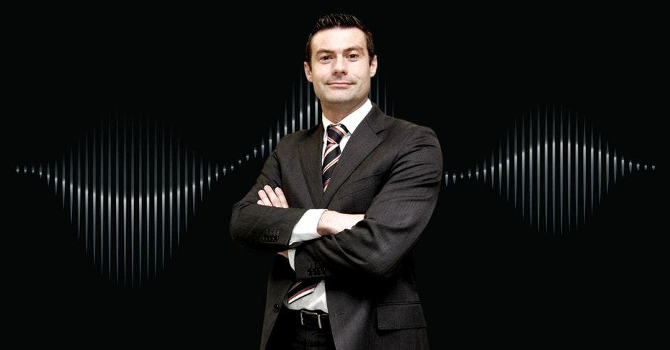 Massimo Manzi  Director Ejecutivo  Cámara Costarricense de Salud en primer plano ante un fondo negro