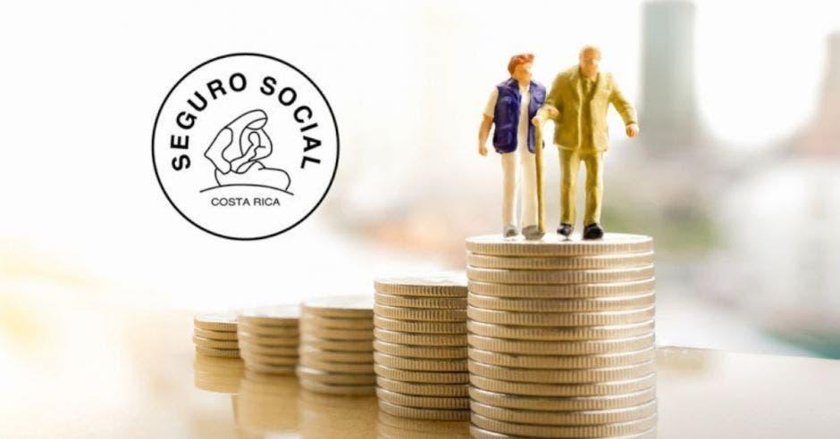 Dos adultos mayores caminan sobre una pila de dinero y al fondo se ve una imagen de la Caja