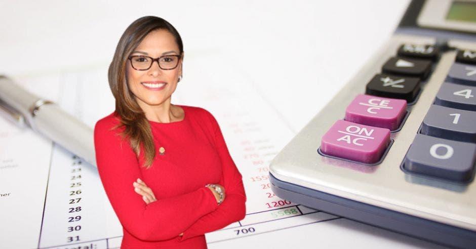 una mujer de vestido rojo sobre un fondo de una calculadora y un lapicero