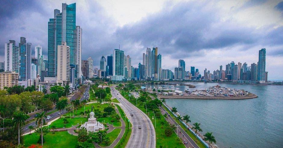 un conjunto de rascacielos recortan el cielo de Ciudad Panamá, Panamá