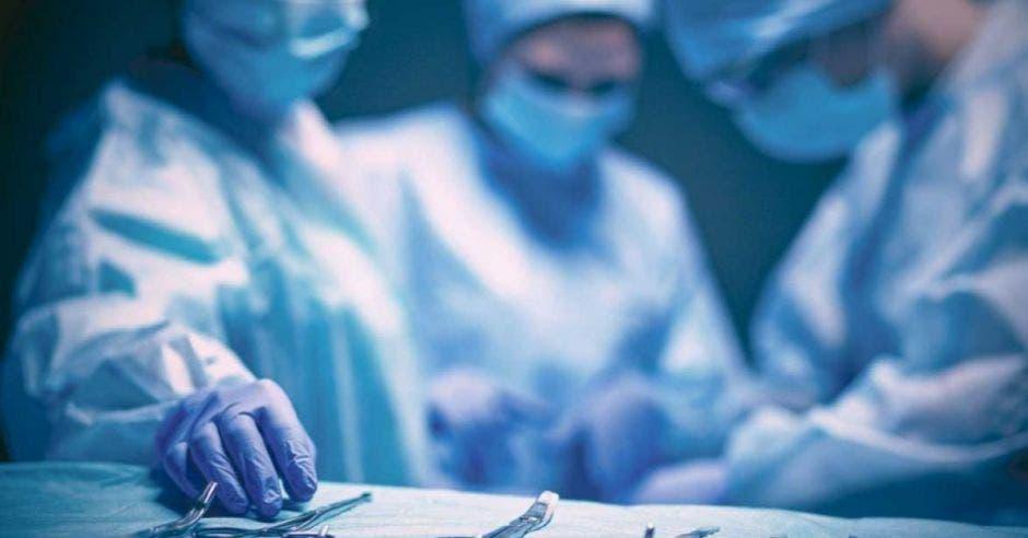 un grupo de médicos operando