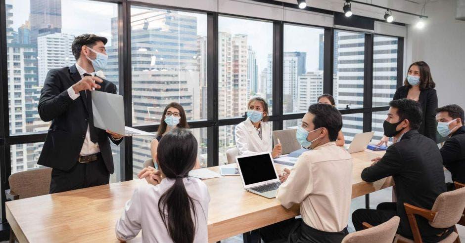 Grupo de personas reunidas en una oficina