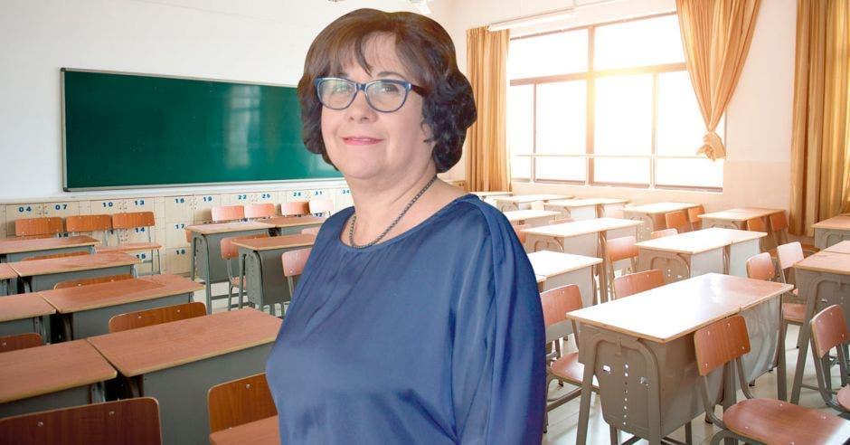 Un aula vacía y la ministra de Educación