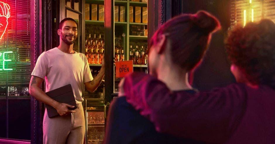 Hombre en tienda de licores