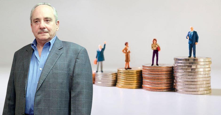 Persona de traje frente a personas en columna de monedas