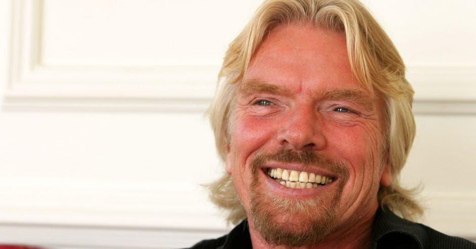 un hombre de cabellera rubia y amplia sonrisa.