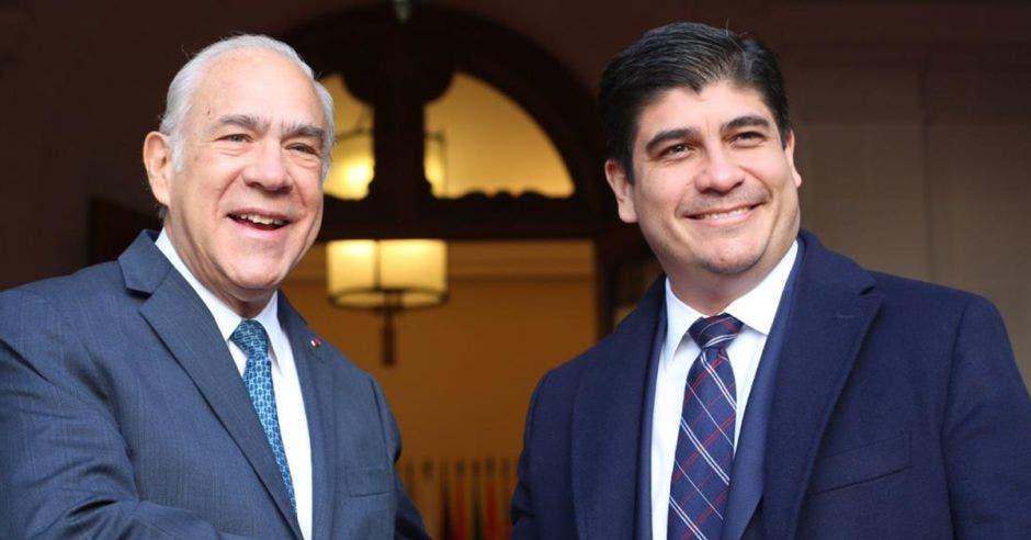 Carlos Alvarado con secretario de la OCDE
