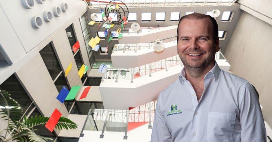 Elaboración propia con foto de Adolfo Jiménez, gerente de Desarrollo Inmobiliario de Grupo Yoses, con el interior del edificio de fondo