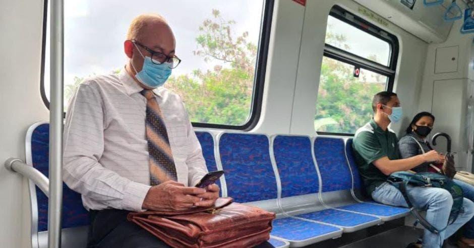 Un hombre sentando en un asiento del tren