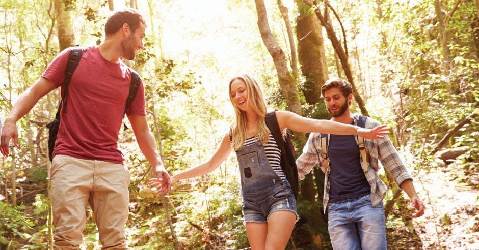 Personas en bosque