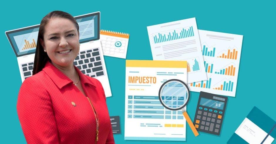Ana Lucía Delgado en primer plano, en segundo plano hojas de papel, una computadora, una calculadora y otras cosas
