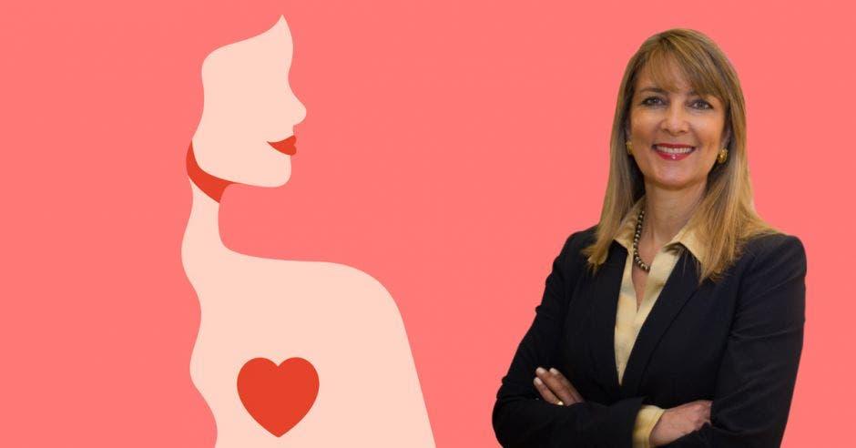 mujer de cabello castaño claro con saco obscuro cruzada de brazos, de fondo dibujo de silueta de mujer con un corazón