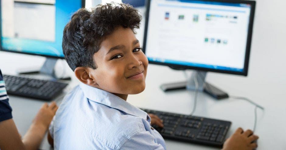 Estudiante de colegio usando Internet