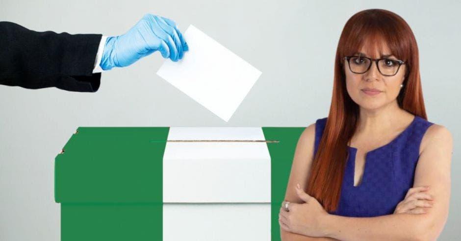 Una urna de votación, con Kattia en primer plano