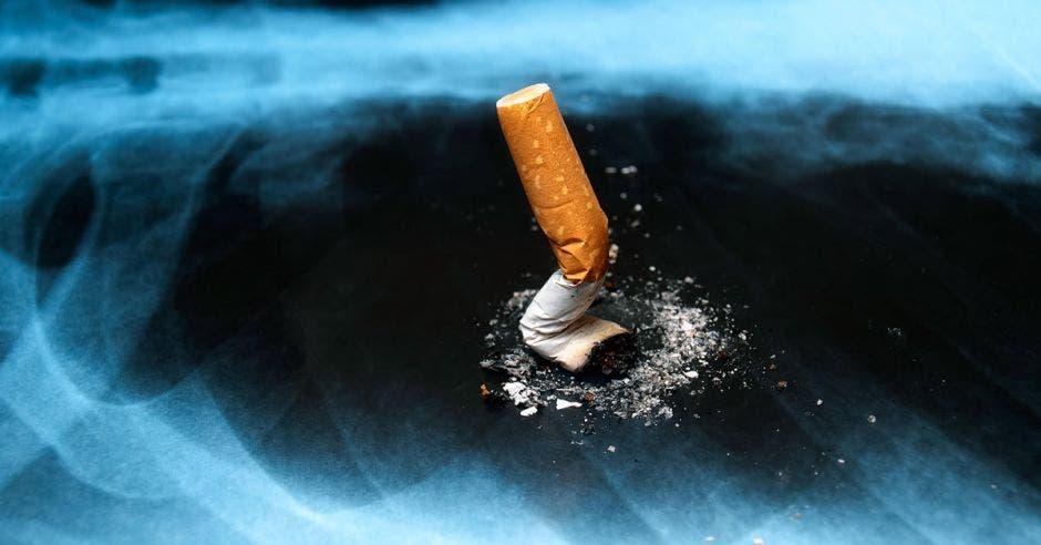 Una radiografía de un pulmón y un cigarro