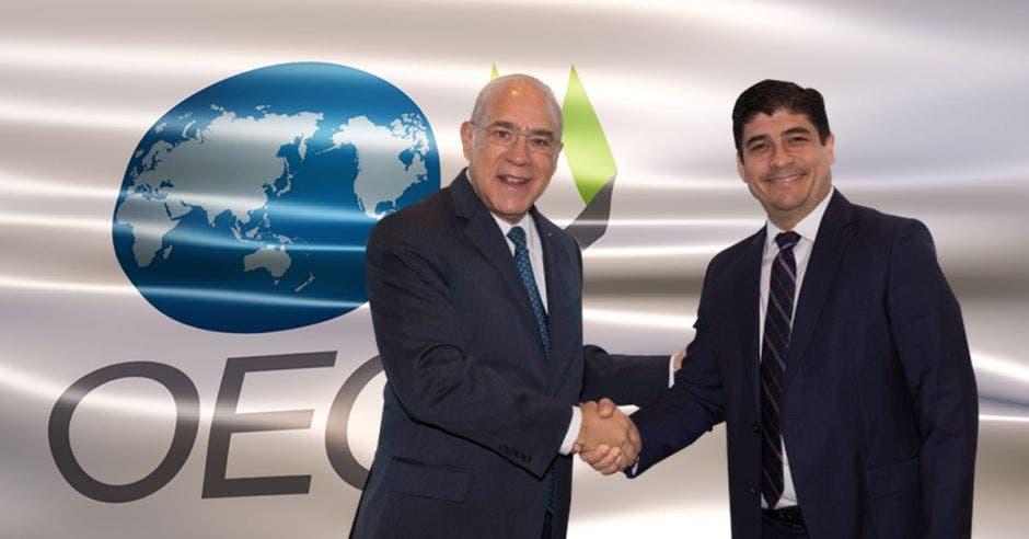 El Presidente Carlos Alvarado y el Secretario General de la OCDE, Angel Gurría celebraron la adhesión de Costa Rica al ente el 9 de abril. Cortesía/La República