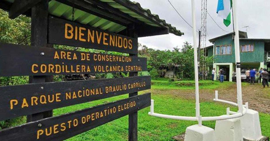 un letrero negro a la entrada de un parque nacional