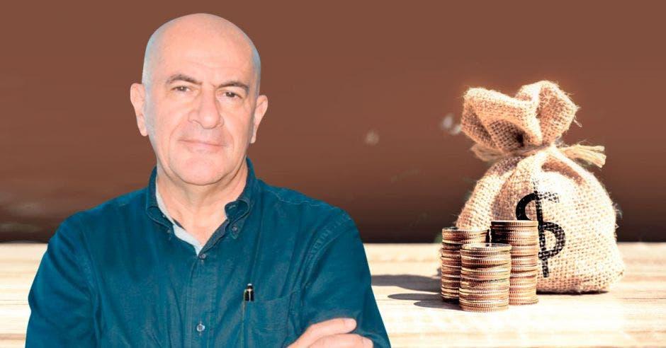 Hombre calvo de azul frente a bolsa de dinero y monedas