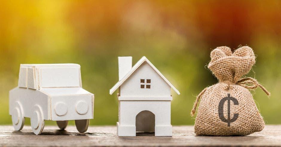 Bolsa de dinero, casa y carro