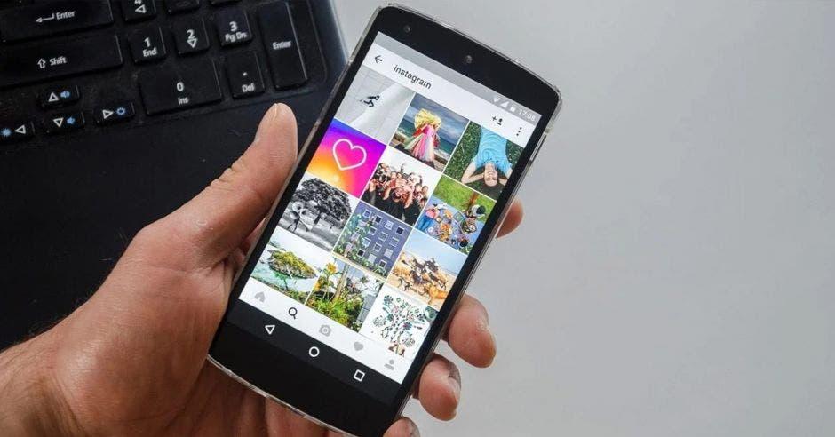 Persona en el celular usando Instagram