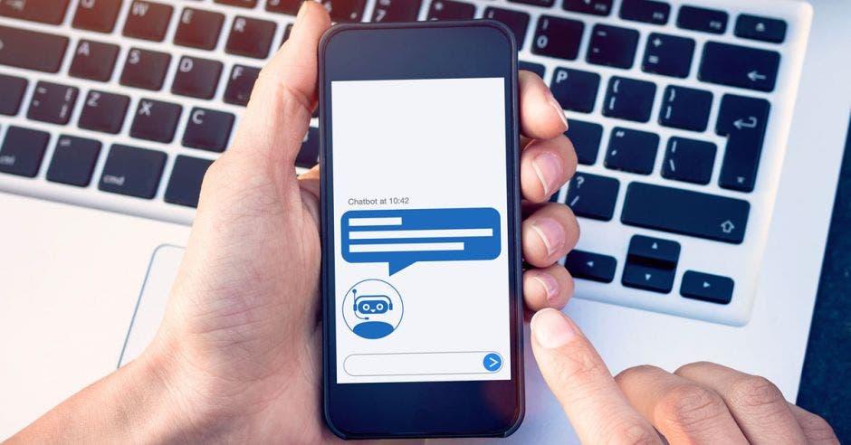 persona usando asistente virtual en celular