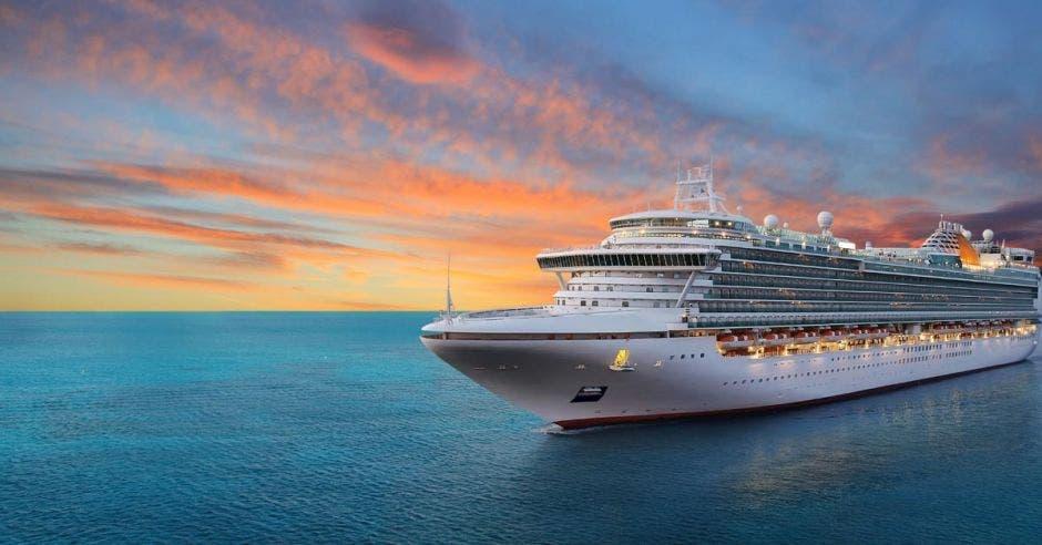 Foto de crucero en altamar con un atardecer de verano de fondo