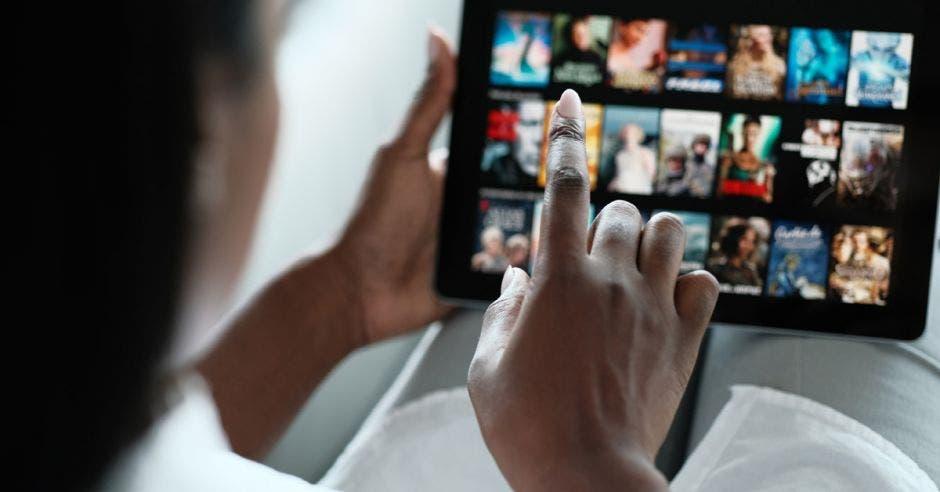 Mujer viendo TV en una plataforma de streaming